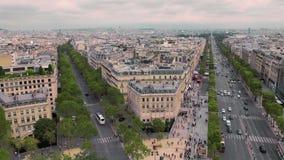 Ideia da casa de canto e do centro histórico, avenida Champs-Elysees movimento lento de Paris, França Carros da arquitetura da ci video estoque
