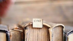 Ideia da ciência, etiqueta e livros retros vídeos de arquivo