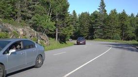 Ideia da condução de carros em torno do canto da montanha vídeos de arquivo