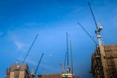 Ideia da construção da construção residencial do multi-andar condo imagens de stock royalty free