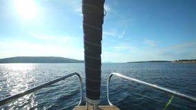 Ideia da curva do barco de navigação no mar de adriático na Croácia video estoque