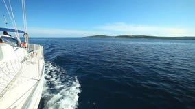 Ideia da curva do barco de navigação no mar de adriático na Croácia filme