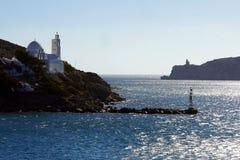 Ideia da entrada ao porto do Ios com seu farol e ? igreja de Saint Irene foto de stock royalty free