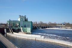 Ideia da estação hidroelétrico em um primeiro de maio ensolarado, Rússia de Volkhov Fotos de Stock
