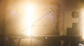 Ideia da fase durante o rocha-concerto, com instrumentos musicais e luzes da fase da cena, desempenho da mostra da rocha, antes d foto de stock royalty free