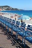Ideia da fileira de cadeiras e de guarda-chuvas na praia em agradável Imagens de Stock