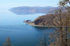 Ideia da fonte do rio de Angara e do cabo o Porto-Baical na mola foto de stock royalty free