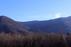Ideia da fotografia fumarento da natureza da paisagem das montanhas no amanhecer brilhante imagens de stock royalty free