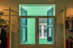 Ideia da janela - de opiniões velhas de Punda Curaçau das construções Fotos de Stock Royalty Free