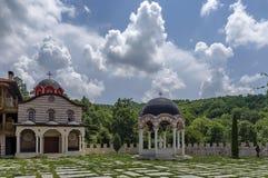 Ideia da jarda interna da parte com a casa monástico nova, a alcova e a igreja nova, no monastério restaurado de Montenegrino ou  Imagens de Stock Royalty Free