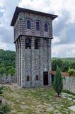 Ideia da jarda interna da parte com a torre de sino no monastério restaurado de Montenegrino ou de Giginski Imagem de Stock Royalty Free