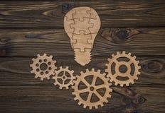 Ideia da lâmpada dos enigmas e das engrenagens de quatro rodas Imagem de Stock