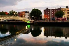 Ideia da manhã de Ha iluminado famoso Penny Bridge em Dublin, Irlanda imagens de stock