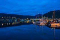 Ideia da noite da área do porto em Tromso com a ponte de Tromso na distância foto de stock royalty free