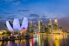 Ideia da noite da skyline da área da cidade de Singapura em Marina Bay Foto de Stock Royalty Free
