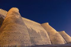 Ideia da noite de fortess históricos da arca na cidade de Bukhara, Usbequistão Parede da fortaleza de Bukhara, a arca imagem de stock royalty free