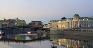 Ideia da noite do centro de Moscou: terraplenagem, ponte, área do quadrado de Bolotnaya do rio imagens de stock