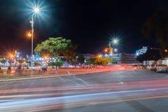 Ideia da noite do grande círculo árabe da revolta com as fugas da luz do carro dos lotes foto de stock royalty free