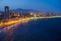A ideia da noite do litoral em Benidorm com cidade ilumina-se Imagens de Stock