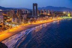 A ideia da noite do litoral em Benidorm com cidade ilumina-se Fotografia de Stock