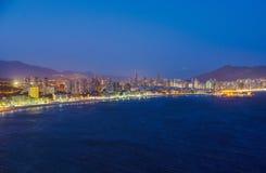 A ideia da noite do litoral em Benidorm com cidade ilumina-se Fotos de Stock