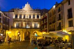 Ideia da noite do quadrado principal pitoresco em Cuenca fotos de stock