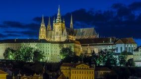 Ideia da noite do timelapse do castelo e do Lesser Town de Praga, República Checa filme