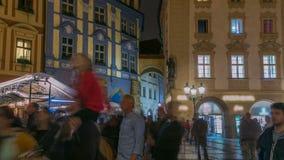 Ideia da noite do timelapse velho da praça da cidade em Praga República checa filme