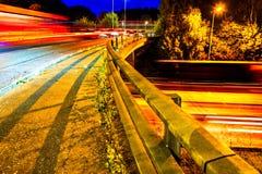 Ideia da noite do tráfego BRITÂNICO da estrada da estrada foto de stock