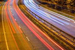 Ideia da noite do tráfego BRITÂNICO da estrada da estrada fotos de stock royalty free