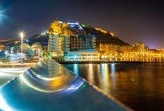 Ideia da noite da vista do porto de Alicante com os iate contra o castelo Santa Barbara na montagem do Mongo no fundo imagens de stock