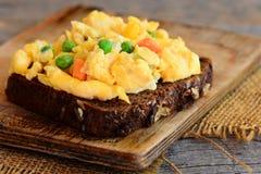 Ideia da omeleta dos ovos mexidos A omeleta home dos ovos mexidos com os vegetais no pão de centeio brinda Comer saudável para pe imagens de stock royalty free