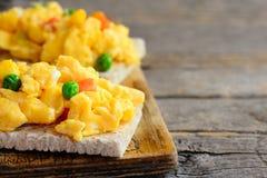 Ideia da omeleta dos ovos mexidos A omeleta home dos ovos mexidos com os vegetais no pão friável brinda Dieta saudável Fundo de m foto de stock
