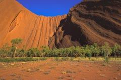 Ideia da paisagem que mostra o lado do sul da rocha de Uluru Ayers, cedo na manhã, parque nacional de Uluru-Kata Tjuta, fotos de stock