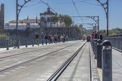 Ideia da parte superior de D Ponte e povos de Maria que andam na cidade de Porto fotografia de stock