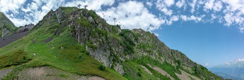 Ideia da parte superior da montanha rochosa, em que as passagens do teleférico Krasnaya Polyana, Sochi, Rússia fotografia de stock royalty free