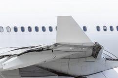 Ideia da ponta de asa dos aviões e da fuselagem com vigias imagem de stock