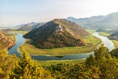 Ideia da ponta ocidental do lago Skadar, Montenegro Curvatura do rio de Crnojevic em torno dos picos de montanha verdes A grande  fotografia de stock royalty free