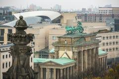 A ideia da porta de Brandemburgo (Tor de Brandenburger) é monumento arquitetónico muito famoso no coração do distrito do Mitte de Imagens de Stock