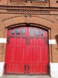Ideia da porta vermelha dos sapadores-bombeiros da construção fotos de stock