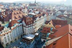 Ideia da praça da cidade velha com multidão dos povos, Praga, Checo Republi fotografia de stock