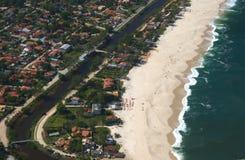Ideia da praia de Itaipuacu da parte superior da montanha de Mourao Fotografia de Stock