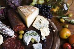 Ideia da receita da fotografia do alimento da bandeja do queijo fotos de stock
