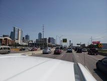 Ideia da rua I35 da skyline de Dallas Texas fotos de stock royalty free