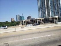 Ideia da rua I35 da skyline de Dallas Texas imagem de stock