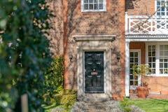 Ideia da rua da porta da rua - uma casa de cidade velha residencial inglesa típica de Londres foto de stock royalty free