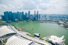 Ideia da skyline central do distrito financeiro da plataforma de observação do parque do céu em Marina Bay Sands Hotel imagens de stock
