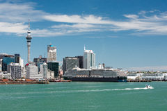 Ideia da skyline da cidade de Auckland dos portos de Auckland imagens de stock
