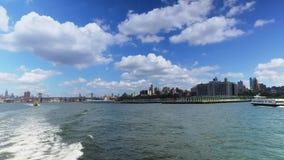 Ideia da skyline de Brooklyn como visto da balsa de East River vídeos de arquivo