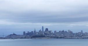 Ideia da skyline de San Francisco através da baía 4K vídeos de arquivo